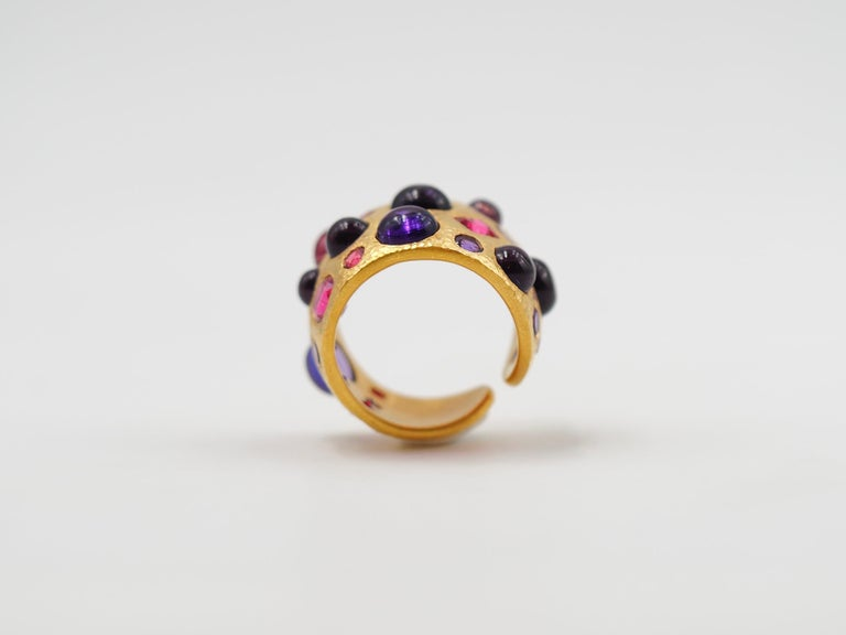 Scrives Spinel Amethyst Cabochons 22 Karat Gold Hammered Ring In New Condition For Sale In Paris, Paris