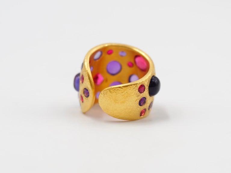 Scrives Spinel Amethyst Cabochons 22 Karat Gold Hammered Ring For Sale 1