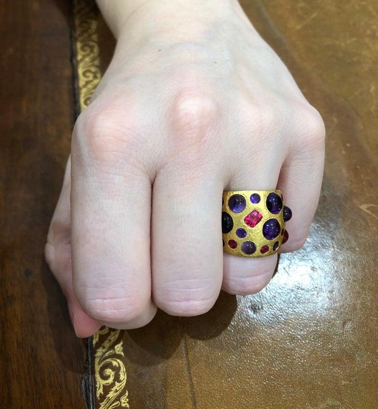 Scrives Spinel Amethyst Cabochons 22 Karat Gold Hammered Ring For Sale 2