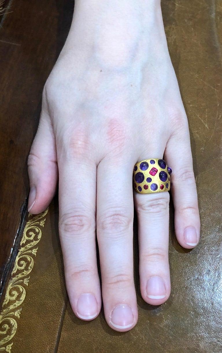 Scrives Spinel Amethyst Cabochons 22 Karat Gold Hammered Ring For Sale 3