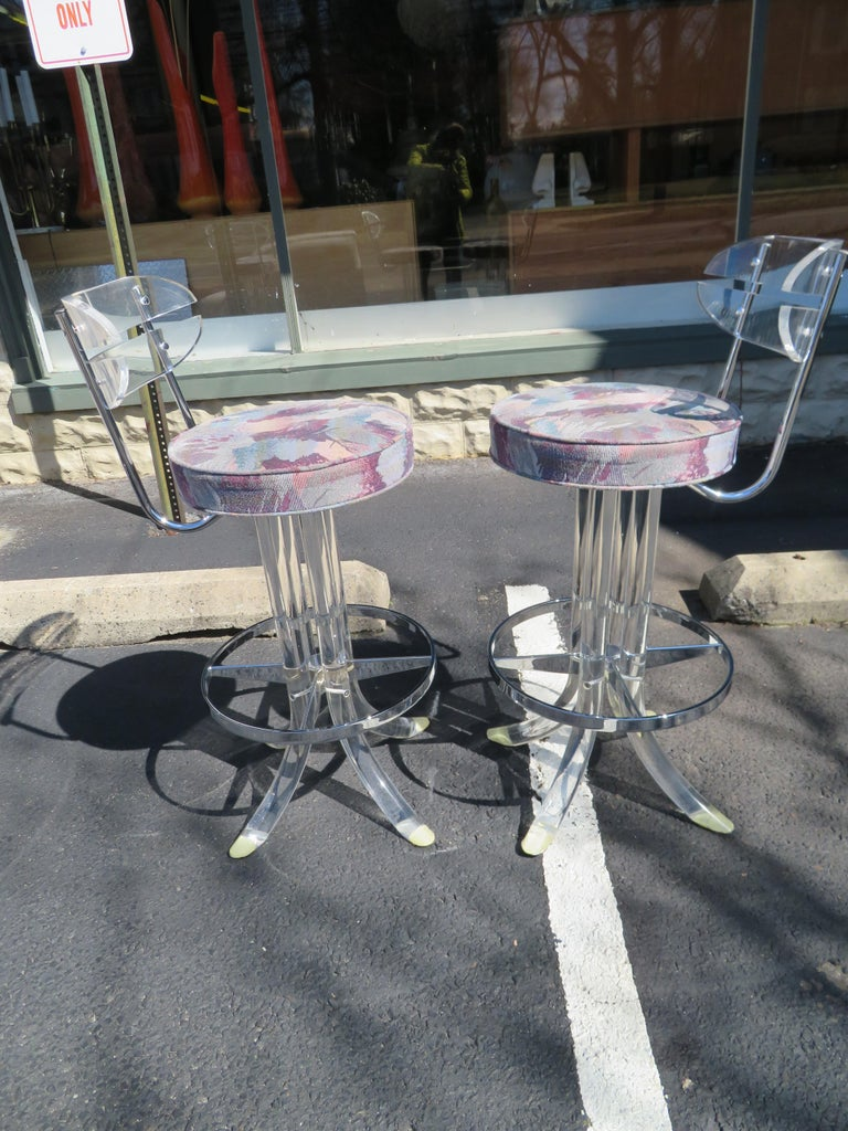 Scrumptious Set 4 Hollywood Regency Swivel Lucite Barstools Hill Manufacturing For Sale 6