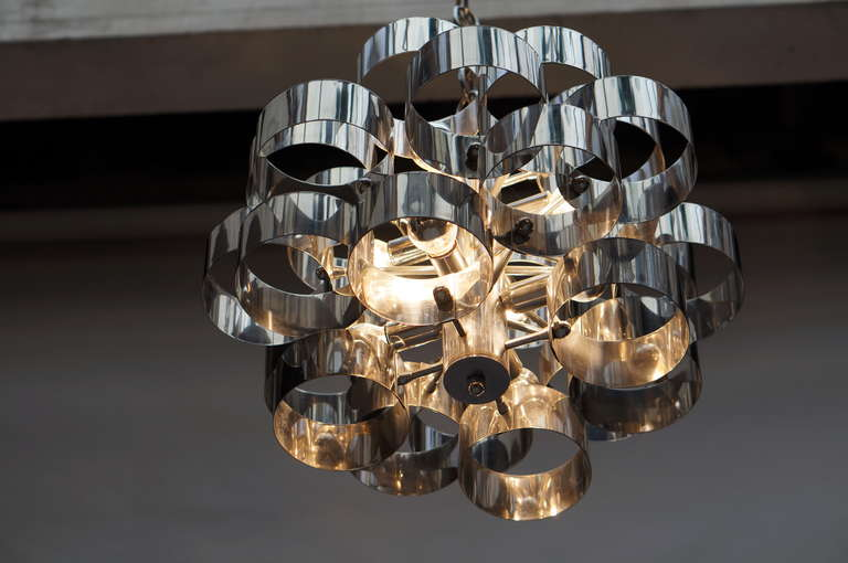 A vintage Italian chandelier by Sciolari with a sculptural chrome frame. Diameter 58 cm. Height fixture 36 cm. Total height including the chain 90 cm.