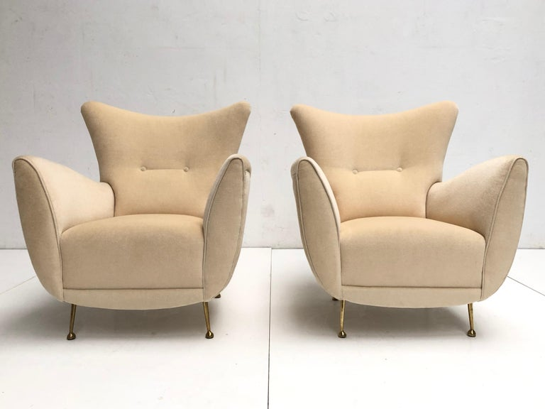 Beautiful pair of restored sculptural form Italian lounge chairs in the style of Gio Ponti dating from the very early 1950s with beautifully hand crafted wood frames and sprung seats, the chairs are finished in mohair fabric with biomorphic form