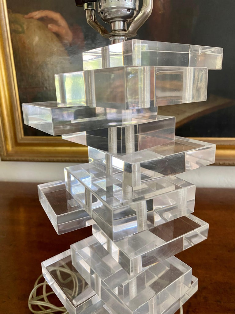 Sculptural Mid Century Stacked Lucite Table Lamp with Matching Lucite Finial In Good Condition For Sale In San Francisco, CA