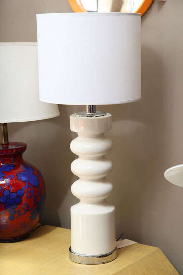 Mid-Century Modern Sculptural Midcentury White Ceramic Table Lamp For Sale