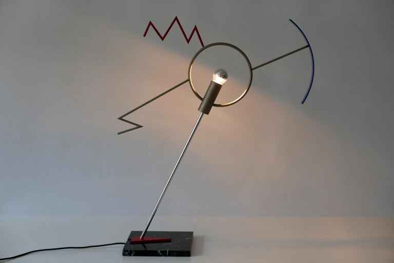 Extremely rare, sculptural table lamp or light object in Memphis Design. Model Valencia. Designed by Javier Mariscal for BD Ediciones De Diseño Editions, 1980s, Spain.  Executed in black marble, sheet metal; red and black enameled, tubular steel;