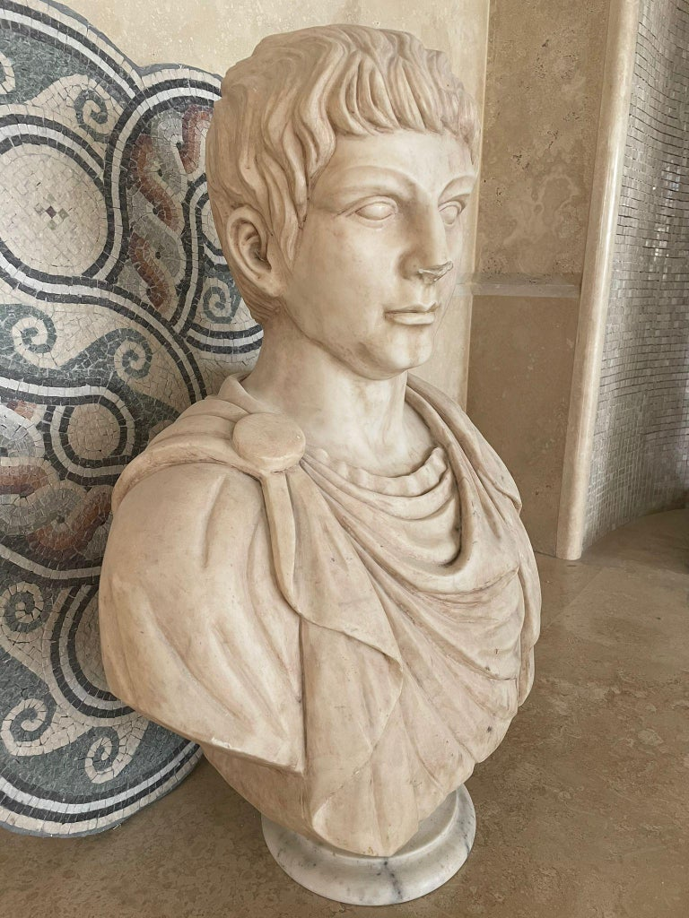 Marble Sculpture Bust Of Emperor Julius Caesar After The Antique Grand Tour In Good Condition For Sale In Tivoli Terme, Roma