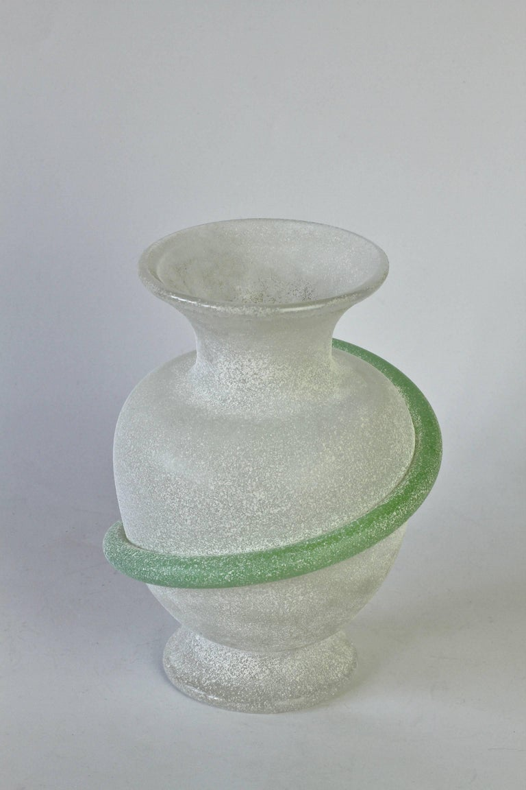 Seguso Vetri d'Arte Attributed White 'a Scavo' Murano Glass Vase In Good Condition For Sale In Landau an der Isar, Bayern