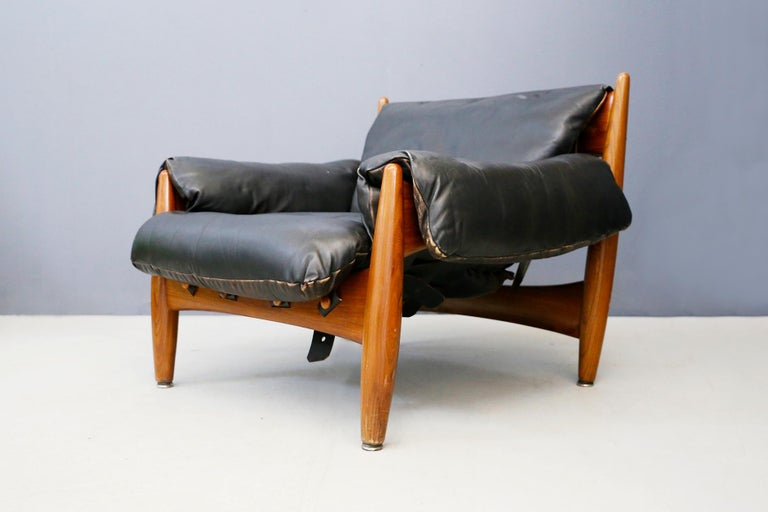 Large and comfortable Lounge chair with Ottoman by Sergio Rodrigues for the manufacture of Isa Bergamo under the name MOLE chair or Sheriff. Designed in 1957, the chair won first prize at the IV International Furniture Competition in 1961.