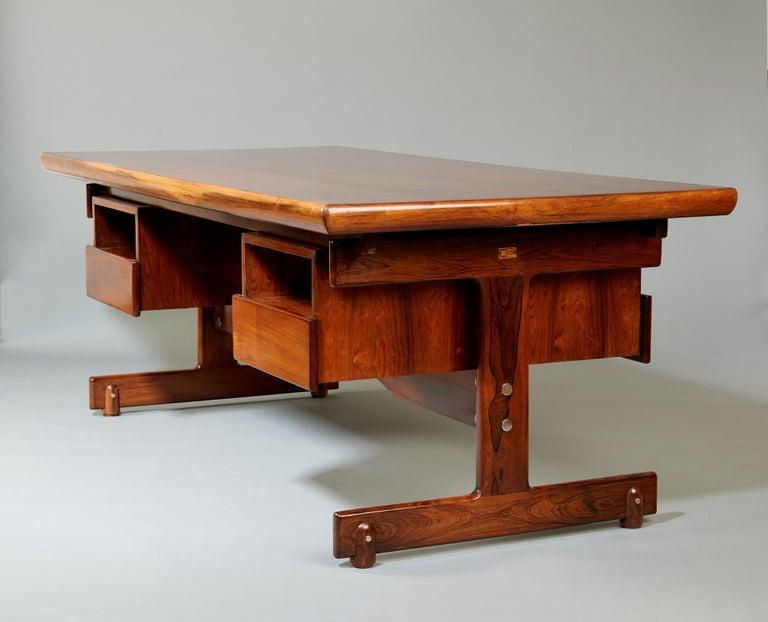 Sergio Rodrigues, Stunning and Monumental Modernist Jacaranda Desk, Brazil, 1962 For Sale 4