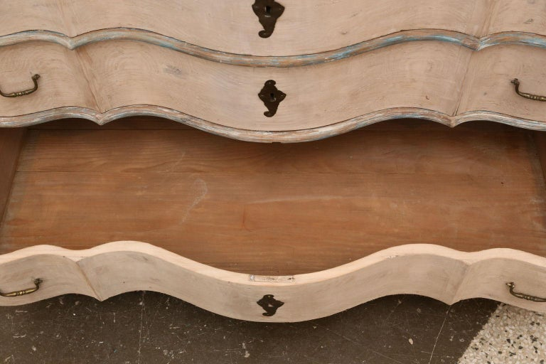 Serpentine Front Chest In Good Condition For Sale In Houston, TX