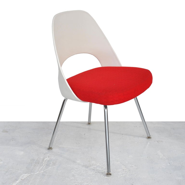 Mid-Century Modern Set of Four Contemporary Knoll Eero Saarinen 72C-PC Dining Side Chairs For Sale