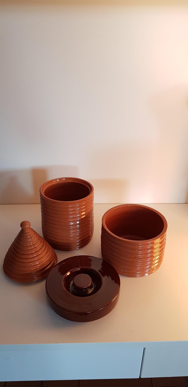 A particular set of pots that hides its function and becomes a decorative object. It is a typical artifact of the Italian folk tradition where balanced and healthy Puglian recipes are slow-cooked, near the barbeque: these pots suits contemporary