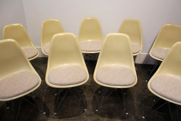 Mid-Century Modern Set of 12 Eames for Herman Miller Fiberglass Side Chairs Eiffel Tower Base For Sale