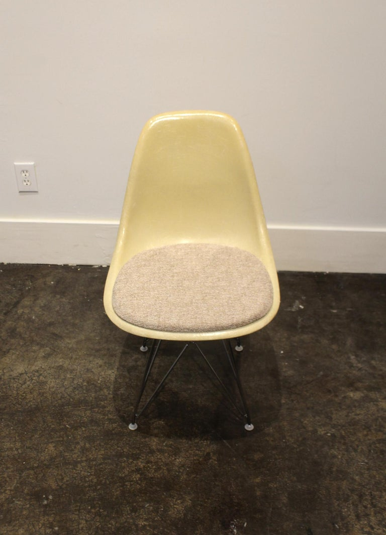 Set of 12 Eames for Herman Miller Fiberglass Side Chairs Eiffel Tower Base In Good Condition For Sale In Dallas, TX