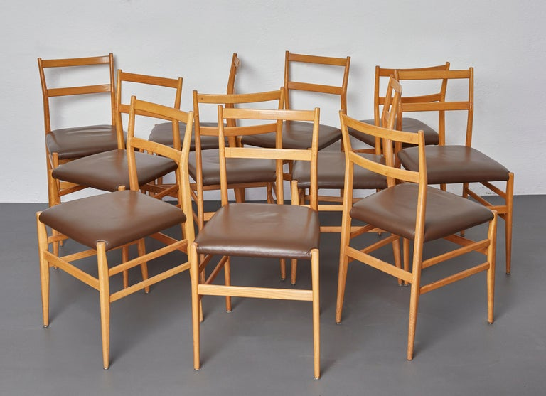 Mid-Century Modern Set of 12 Leggera Dining Chairs in Ash Wood and Leather by Gio Ponti for Cassina For Sale