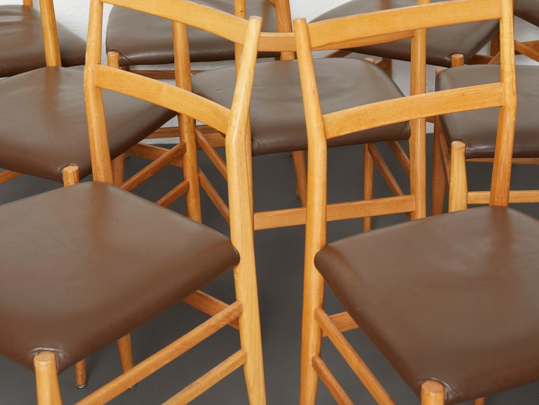 Set of 12 Leggera Dining Chairs in Ash Wood and Leather by Gio Ponti for Cassina In Good Condition For Sale In Renens, CH