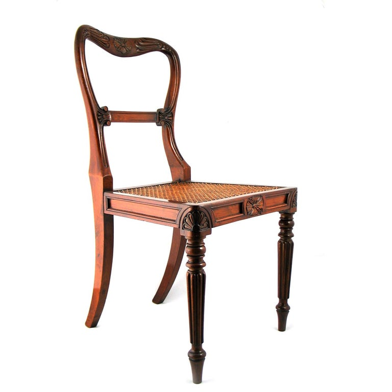 Set of 18 Red Walnut Dining Chairs Attributed to Gillows, circa 1830 In Good Condition For Sale In London, GB