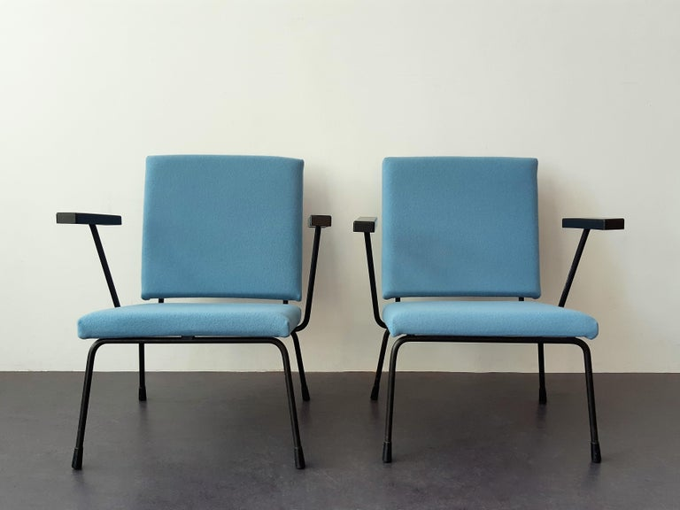 This model 415 (or 1401) lounge chair was designed by Wim Rietveld for Gispen in the 1950's, and gained a golden medal on the Triennale of Milan in 1954. A beautiful piece of Dutch design! These chairs are newly upholstered in a beautiful and high