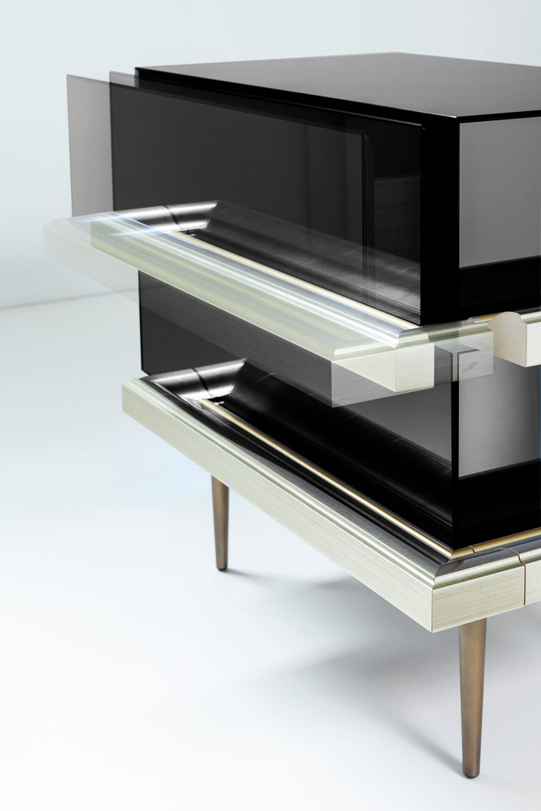 Modern Set of 2 Contemporary Mirrored Nightstands with Champagne Moldings Handles For Sale