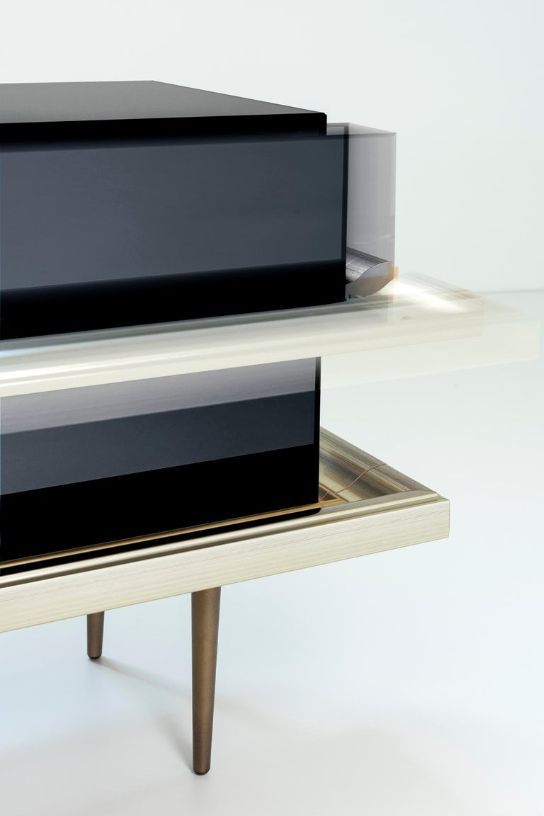 American Set of 2 Contemporary Mirrored Nightstands with Champagne Moldings Handles For Sale