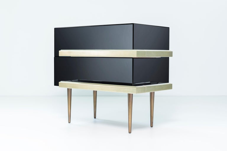 Metal Set of 2 Contemporary Mirrored Nightstands with Champagne Moldings Handles For Sale