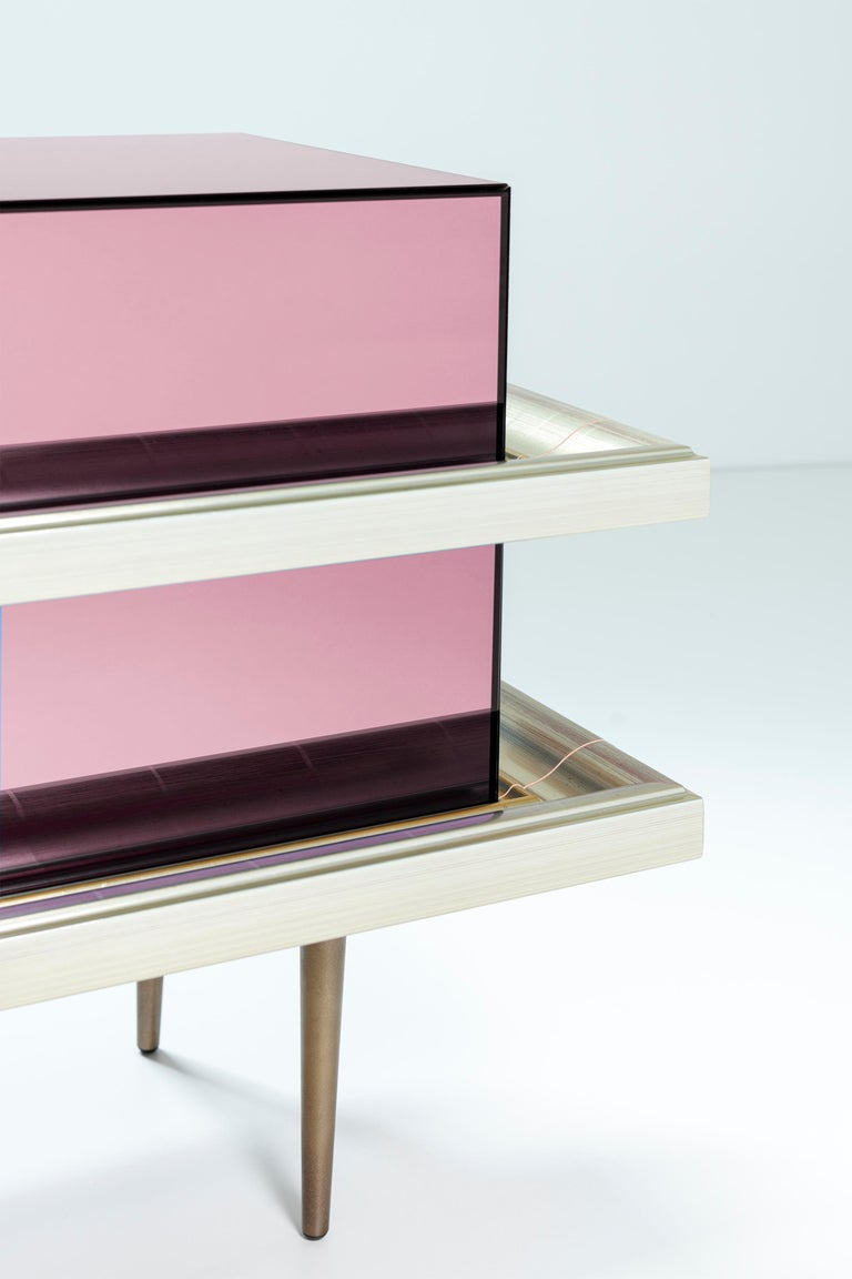 Set of 2 Contemporary Mirrored Nightstands with Champagne Moldings Handles For Sale 2