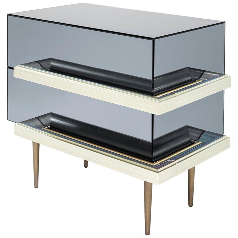 Set of 2 Contemporary Mirrored Nightstands with Champagne Moldings Handles For Sale