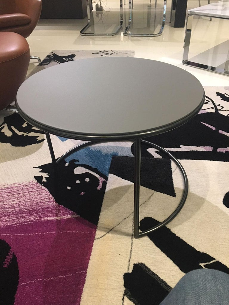 Italian Set of 2 Contemporary Round Black and Grey Matt Lacquered Nesting Tables For Sale