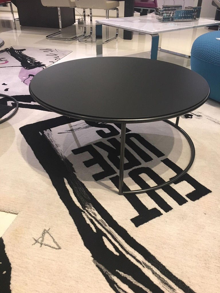 Varnished Set of 2 Contemporary Round Black and Grey Matt Lacquered Nesting Tables For Sale
