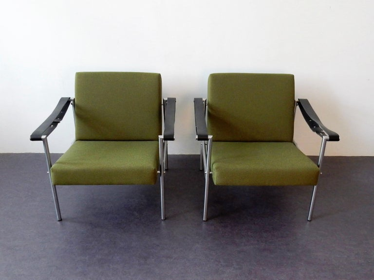 This is a beautiful set of 2 size 38/size 08 Martin Visser easy chairs for 't Spectrum in collaboration with designer Dick van der Net. This model has been produced by 't Spectrum from 1960 until 1968. Both chairs have been completely reupholstered