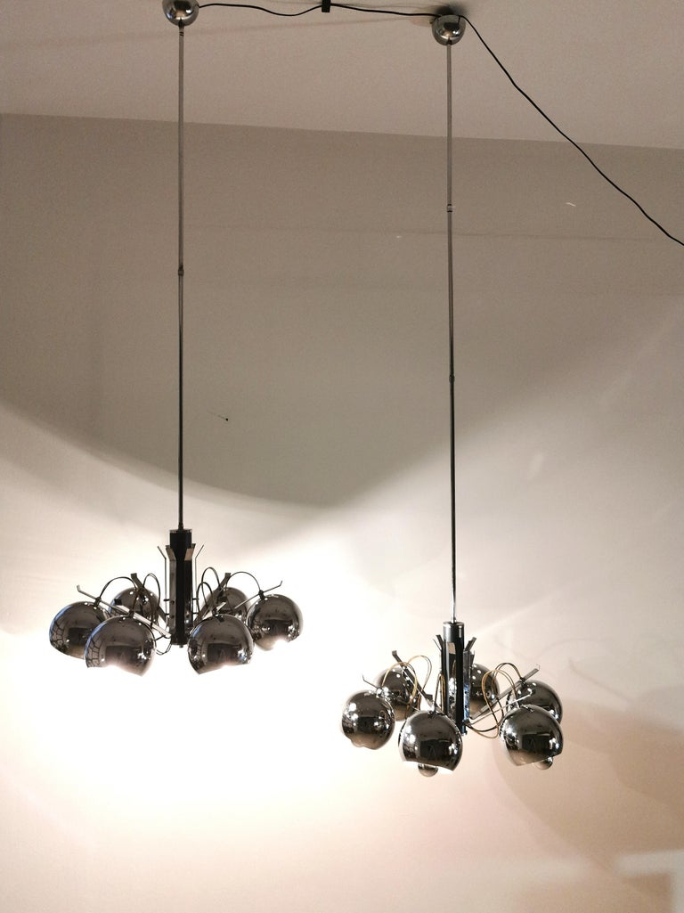 Particular set of 2 circular chandeliers in chromed metal with 12-light, Italian production of the 1970s.