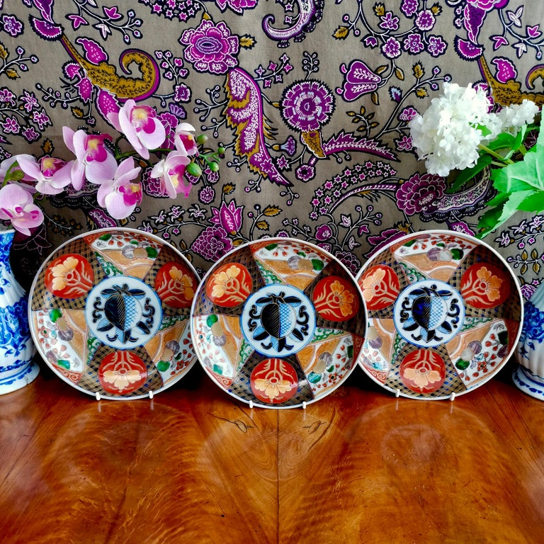 This is a set of three Japanese deep plates in the Imari style, most probably made in the late 19th or early 20th century, in the late Meiji period. The decoration is a