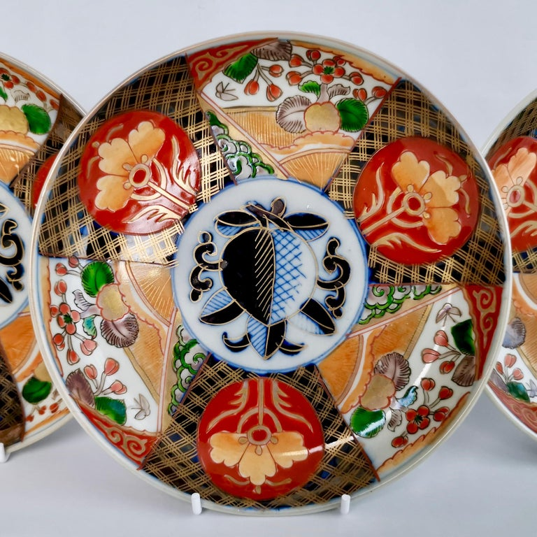 Japanese Set of 3 Imari Porcelain Plates, Pomegranate Pattern Late Meiji, circa 1900 For Sale