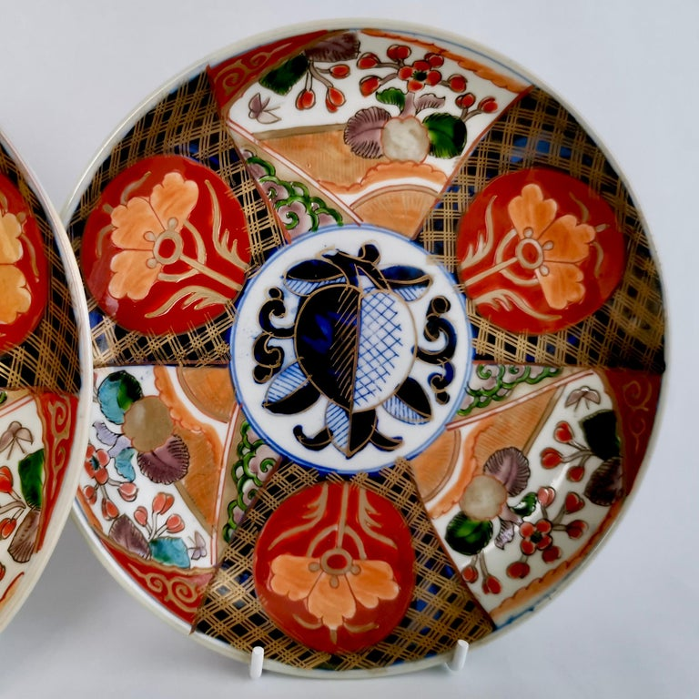 Hand-Painted Set of 3 Imari Porcelain Plates, Pomegranate Pattern Late Meiji, circa 1900 For Sale