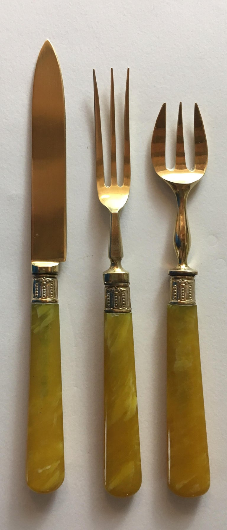 Set of 36 Antique Mother-of-Pearl Handled Knives and Forks, Gold Ferrules In Good Condition For Sale In Arles, FR