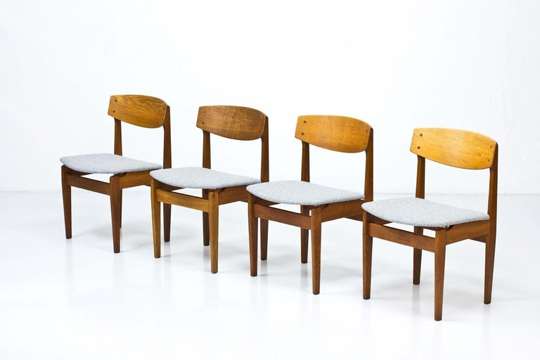 Set of four dining chairs model 78 designed by Jørgen Baekmark in the late 1950s. Manufactured in Denmark by FDB Møbler. Solid oak frame with seats reupholstered with a Hallingdal wool fabric from Kvadrat.