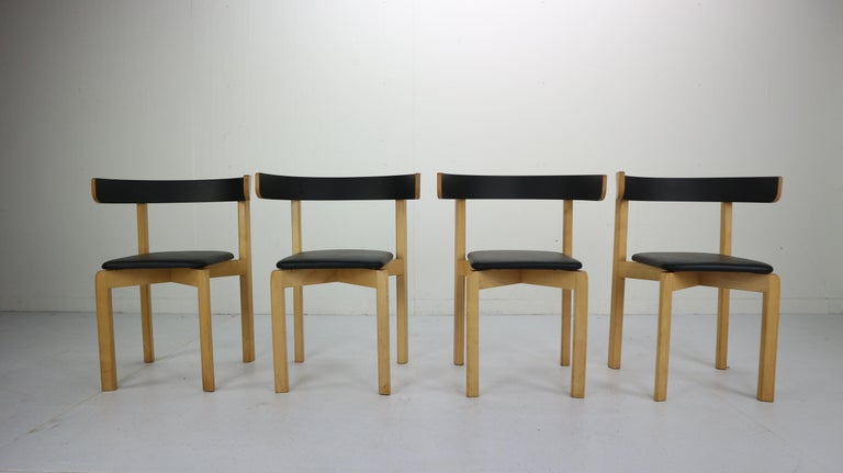 Set of 4 sculptural, circular dining room chairs. Designed by MAA. Jørgen Gammelgaard - made by Sorø Møbelfabrik, Denmark in the 1970s. The maple wooden frame, seating is covered in black faux leather. Backrest painted in black lacquer. Elegant