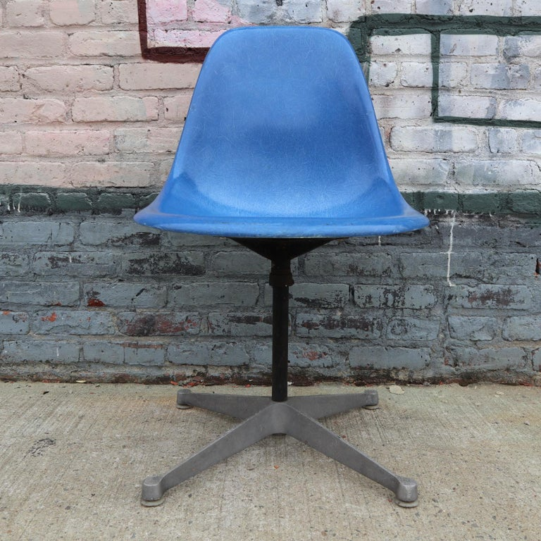 Mid-Century Modern Set of 4 Herman Miller Eames Swivel Dining or Desk Chairs For Sale
