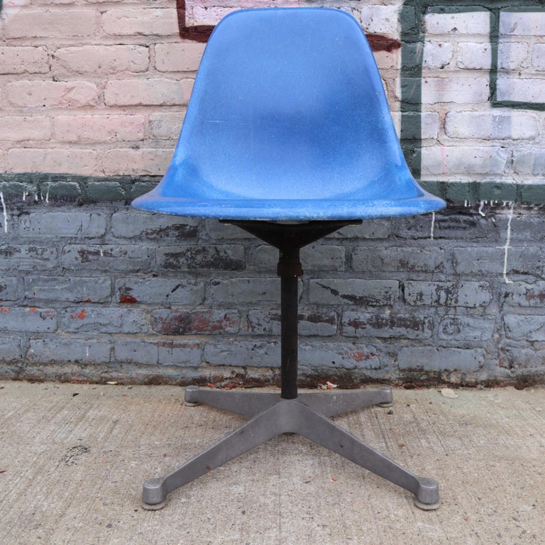 Set of 4 Herman Miller Eames Swivel Dining or Desk Chairs In Good Condition For Sale In Brooklyn, NY
