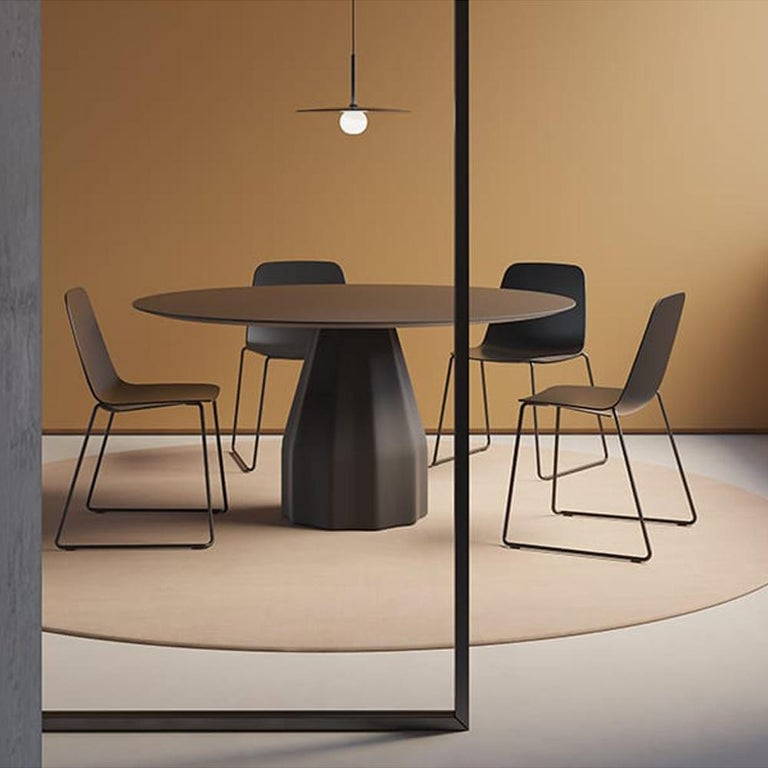 Minimalist Viccarbe Set 4 Maarten Plastic Chair, Sled Base, Black  Víctor Carrasco For Sale