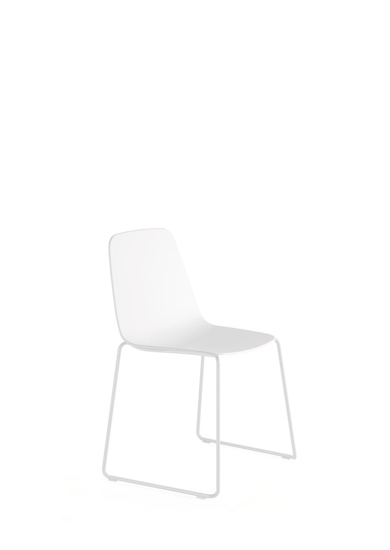 The powder coated steel tube structure and the carefully made, elegant seat of the Maarten chair recall the classics of the 1970s.  Injected polypropylene seat in white.  Calibrated steel structure powder coated in thermoreinforced polyester in