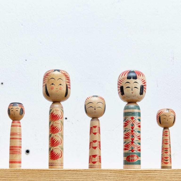 Japanese dolls called Kokeshi of the early 20th century. Provenance from the northern Japan. Set of 5.  Measures: 18.5 x 5.5 cm 24.5 x 7 cm 16.5 x 4.5 cm 15.5 x 5.5 cm 24.5 x 7 cm   Handmade by Japanese artisants from wood. Have a simple