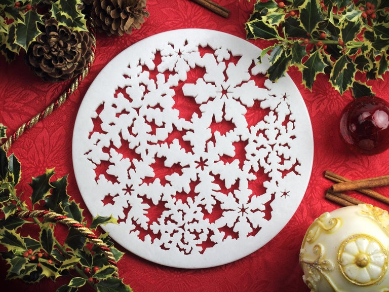 This 'Winter wonderland Snowflake' charger plate inspired by ice crystals are the perfect tasteful gift for the winter and Christmas period. Charger in polished absolute crystalline white marble from Italy. Thanks to their shape and size they can