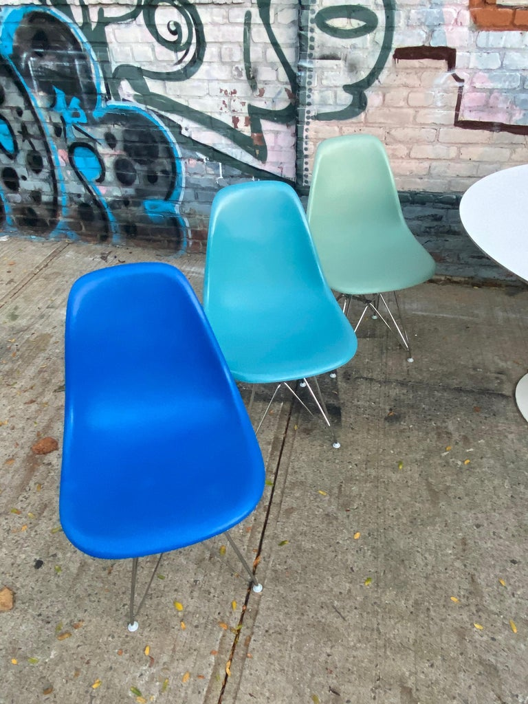 Set of 8 Herman Miller Eames Dining Chairs with Eiffel Base For Sale 3