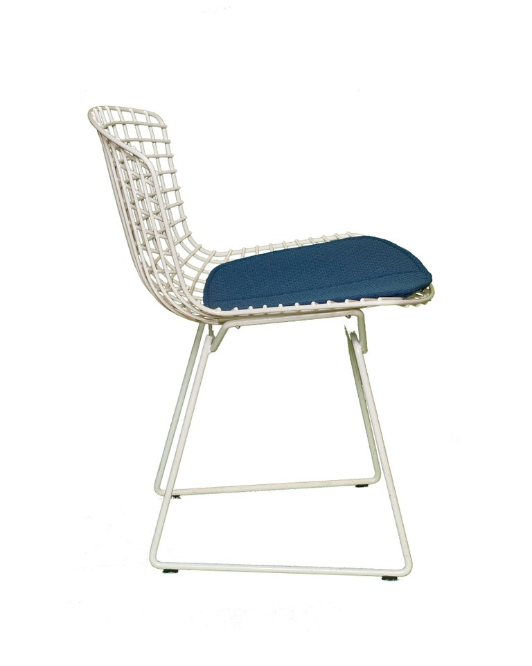 Mid-Century Modern Set of 8 Knoll Bertoia White Wire Chairs Original Seat Cushions, 1950's For Sale