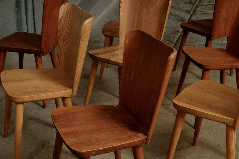 Scandinavian Modern Set of 12 Swedish Pine Chairs by Göran Malmvall, Svensk Fur, 1940s For Sale