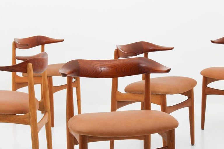 A set of eight stunning and highly rare dining chairs model SM 521 by Knud Faerch for Slagelse Møbelfabrik, Denmark. These chairs are made of oak with a spectacular shaped backrest in teak. Condition: Four of the chairs are in excellent original