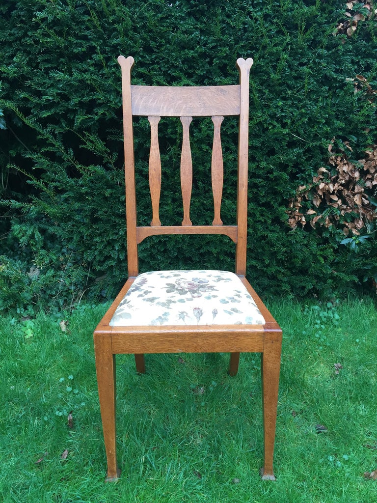 Set of Eight Golden Oak Arts & Crafts Dining Chairs Retaining the Original Label For Sale 5