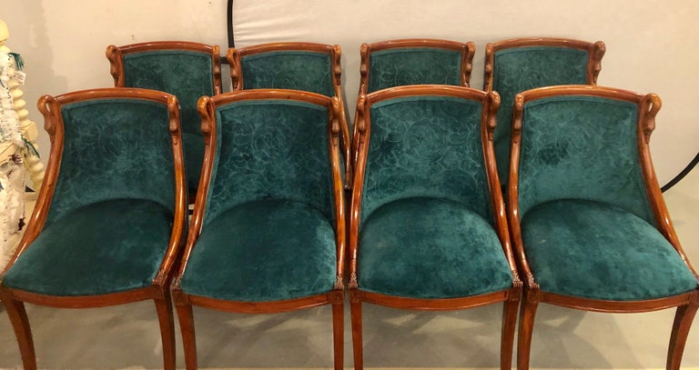 Set of eight Mid-Century Modern or Federal style dining side chairs. This is one of those versatile and easy to place sets of dining chairs that would gather in any room setting. The ability to sit in a modern or Mid-Century Modern setting as well